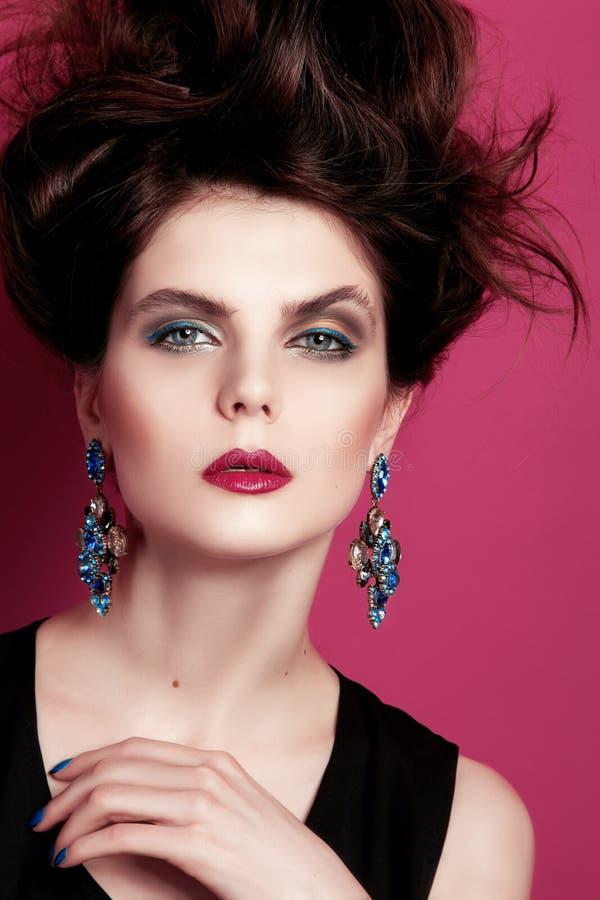 Zbliżenie portret z głębokim niebieskim okiem, kreatywnie makeup i menchii purpur akcesoriami, zdjęcie stock