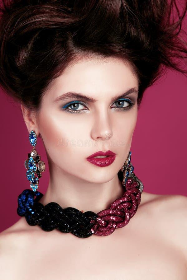 Zbliżenie portret z głębokim niebieskim okiem, kreatywnie makeup i menchii purpur akcesoriami, obrazy stock