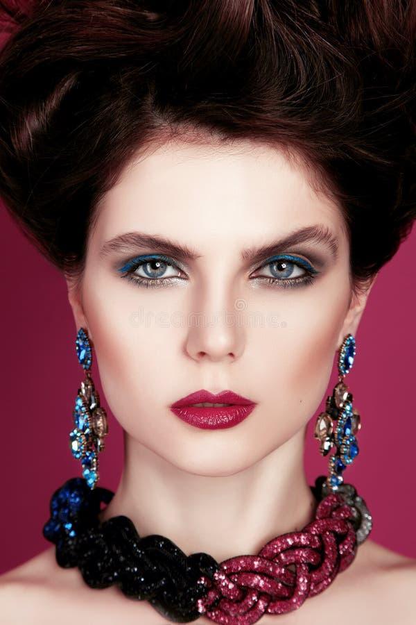 Zbliżenie portret z głębokim niebieskim okiem, kreatywnie makeup i menchii purpur akcesoriami, obraz royalty free