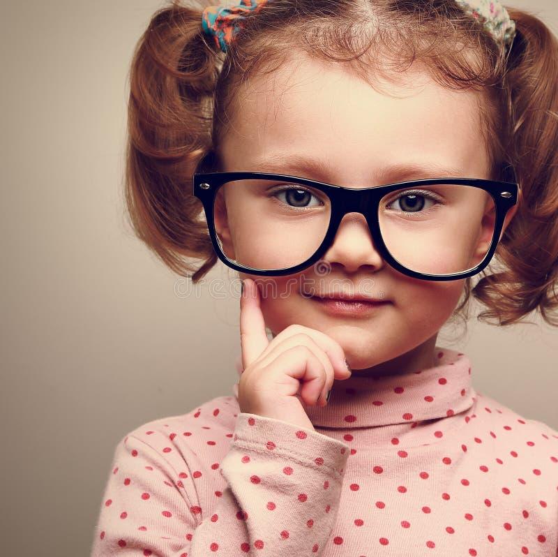 Zbliżenie portret zabawa dzieciaka szczęśliwa dziewczyna w szkłach zdjęcie royalty free