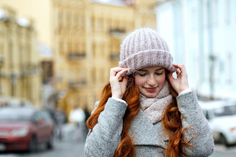 Zbliżenie portret zadziwiająca czerwona z włosami dziewczyna jest ubranym dziający ciepłego obrazy stock
