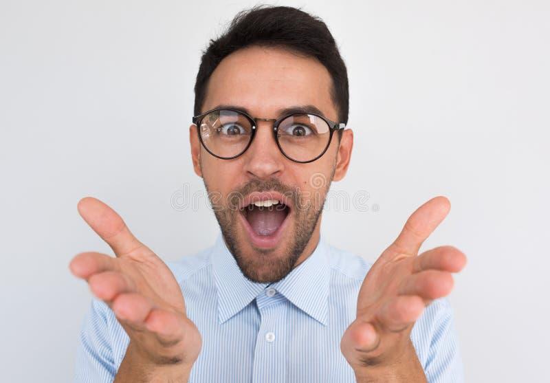 Zbliżenie portret zdziwiony nieogolony młody męski gest z rękami i otwiera usta z radosnym wyrażeniem, wyraża pozytyw zdjęcie royalty free