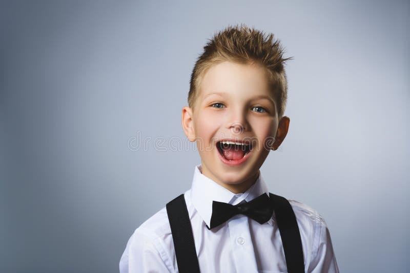 Zbliżenie portreta pomyślna szczęśliwa chłopiec odizolowywał popielatego tło Pozytywny ludzki emoci twarzy wyrażenie Życia postrz zdjęcia royalty free