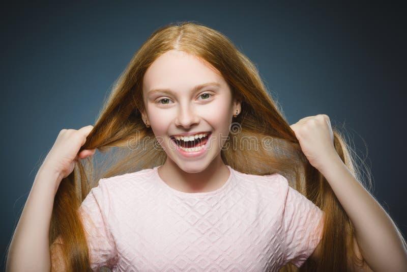 Zbliżenie portreta pomyślnej szczęśliwej dziewczyny popielaty tło zdjęcia royalty free