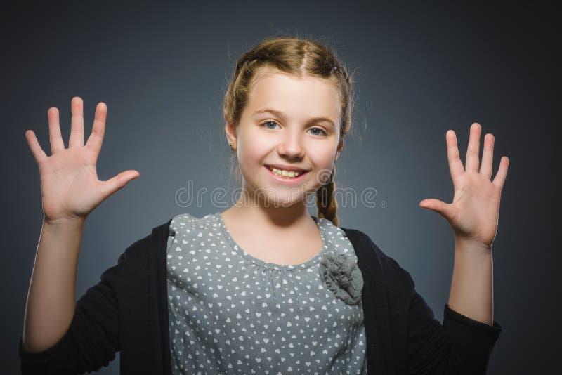 Zbliżenie portreta pomyślnej szczęśliwej dziewczyny popielaty tło zdjęcia stock