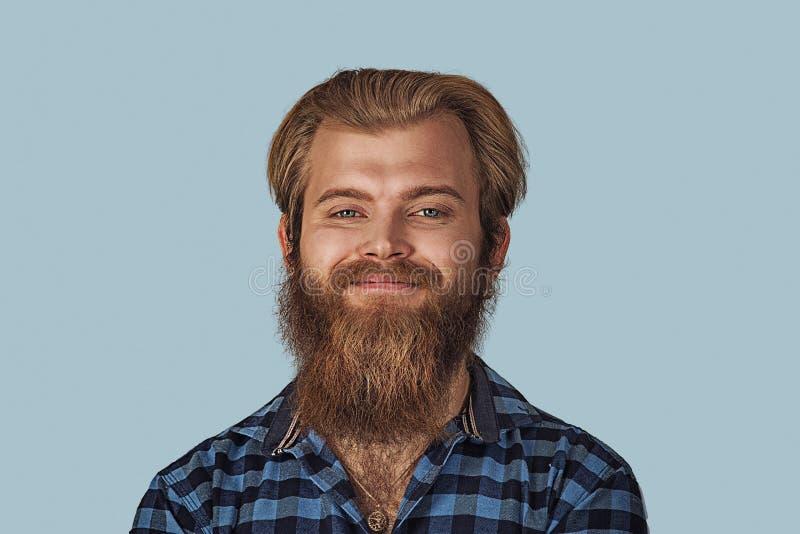 Zbliżenie portreta szczęśliwy młody człowiek zdjęcia royalty free