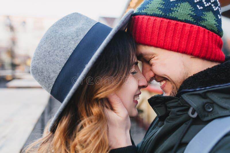 Zbliżenie portreta zadziwiająca para w miłości cieszy się czas wpólnie na ulicie Prawdziwe urocze emocje, brightful uczucia zdjęcie stock