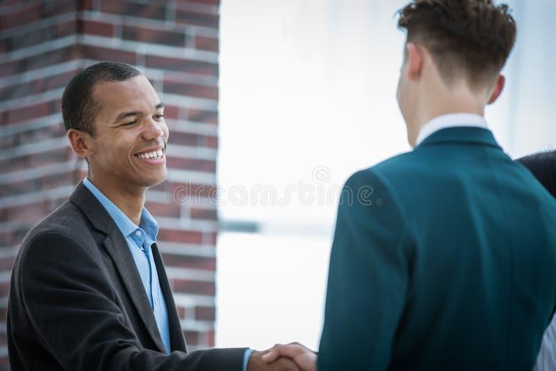zbliżenie Powitanie i uścisk dłoni partnery biznesowi Pojęcie partnerstwo obraz royalty free