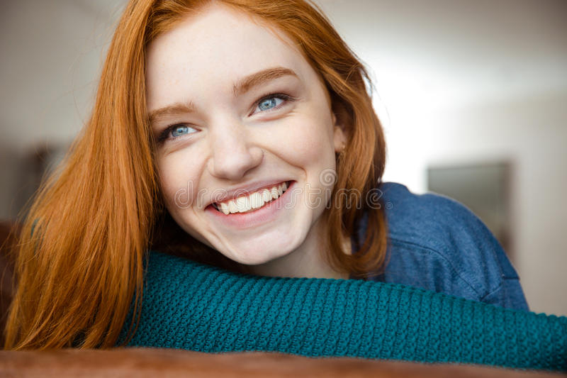 Zbliżenie pozytywna młoda rudzielec kobieta fotografia royalty free