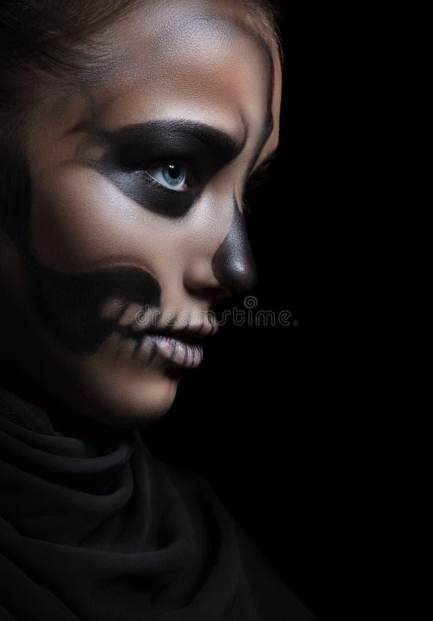 Zbliżenie profil dziewczyna z makijażu koścem Halloweenowy portret fotografia royalty free