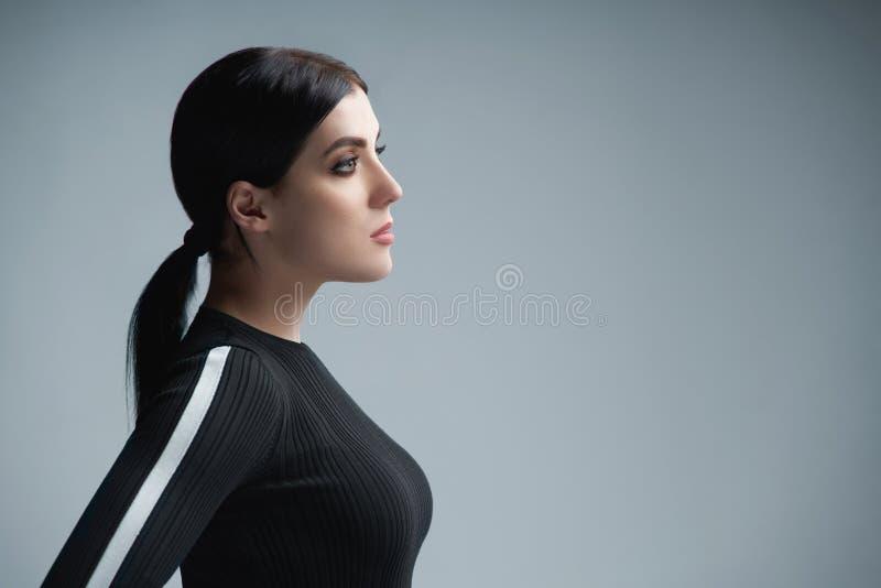 Zbliżenie profilowy portret patrzeje naprzód ufna kobieta obraz stock