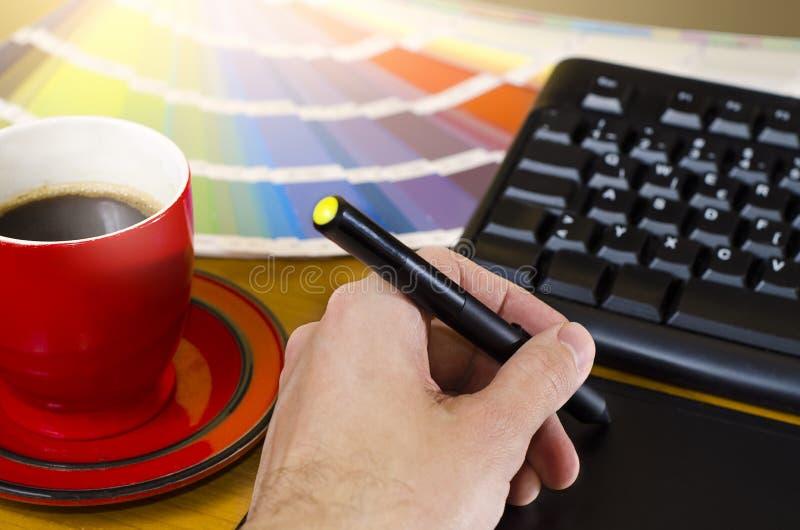 Zbliżenie projektant grafik komputerowych pracować zdjęcie royalty free