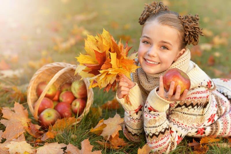 zbliżenie przygląda się małego dziewczyna portret dosyć obrazy stock