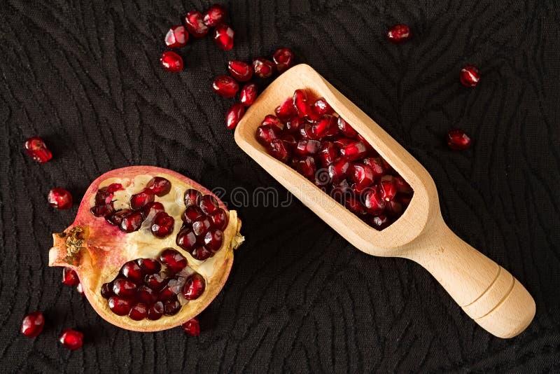 Zbliżenie przyrodnia granatowiec owoc, bailer z ziarnami inside s i obraz royalty free