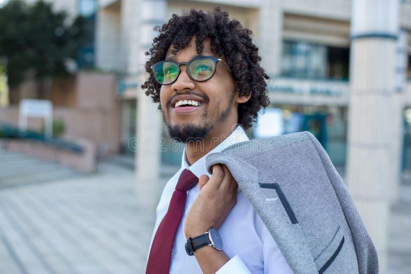 Zbliżenie przystojny biznesowego mężczyzny ono uśmiecha się zdjęcie royalty free