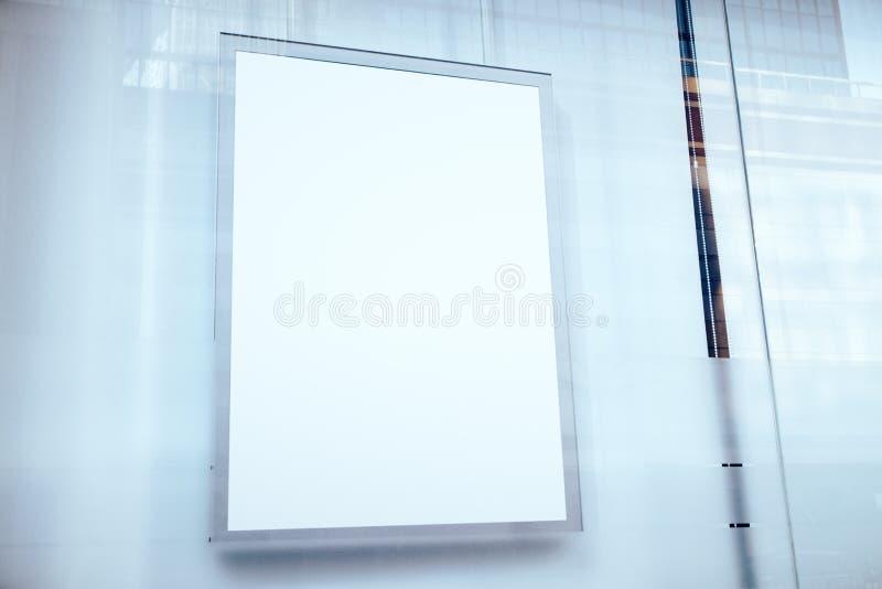 Zbliżenie pusty biały plakat obrazy stock