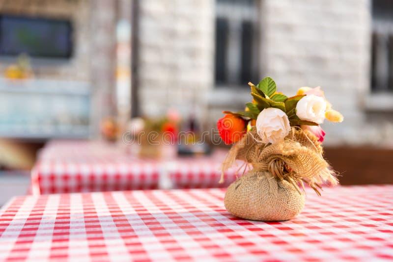 Zbliżenie róża kwiatu bukiet w wazie obraz stock