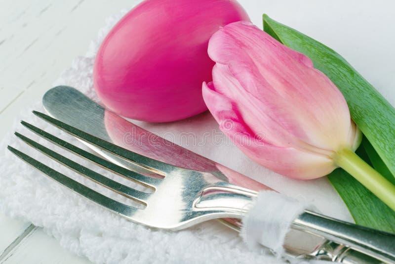 Zbliżenie różowy Easter obiadowy położenie obraz stock