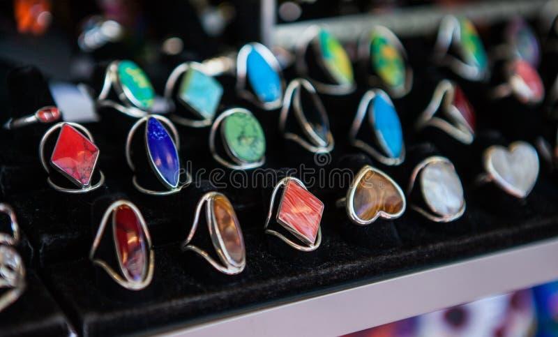 Zbliżenie ręcznie robiony pierścionki z kolorowymi kamieniami dalej zdjęcia royalty free