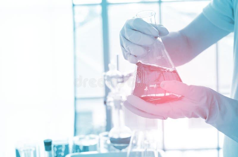 Zbliżenie ręka naukowiec w lab obrazy stock