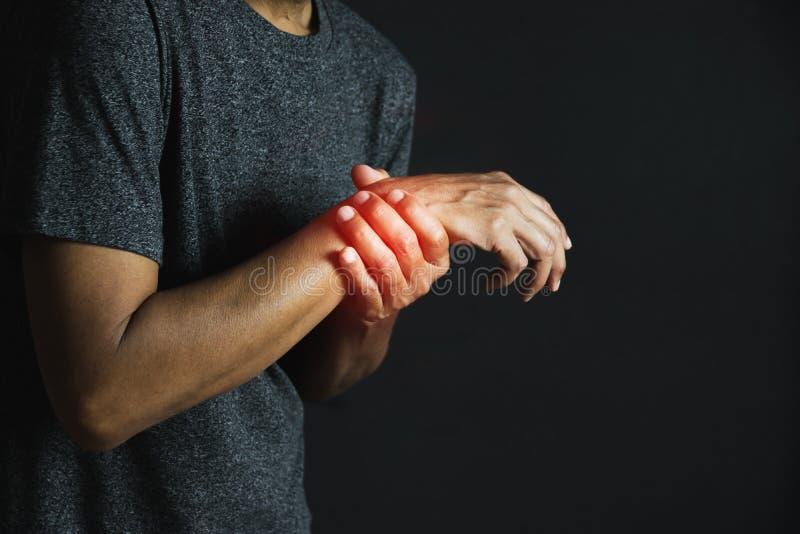 Zbliżenie ręka osoby mienia ręka jego pełnia ból dalej dla zdrowego pojęcia na czarnym tle obraz royalty free