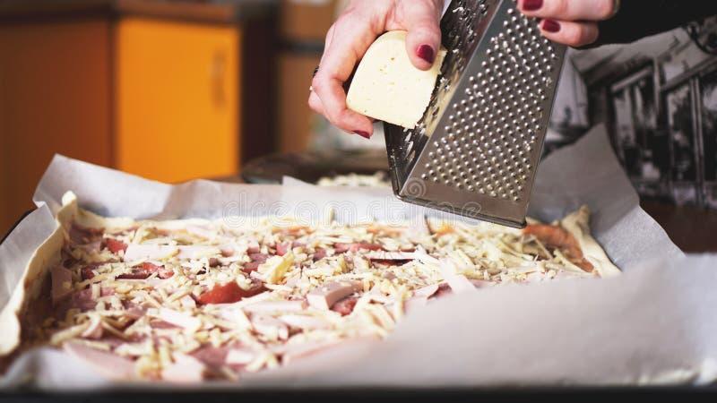 Zbliżenie ręka robi domowej roboty pizzy szefa kuchni piekarz obrazy stock
