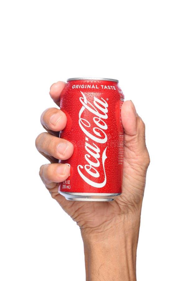 Zbliżenie ręka trzyma zimno puszkę koka-kola obraz stock