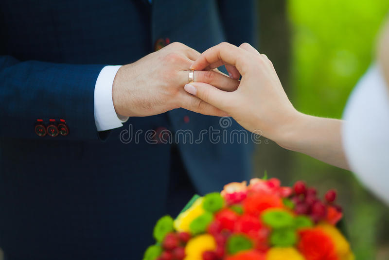 Zbliżenie ręki bridal para z obrączkami ślubnymi obrazy stock