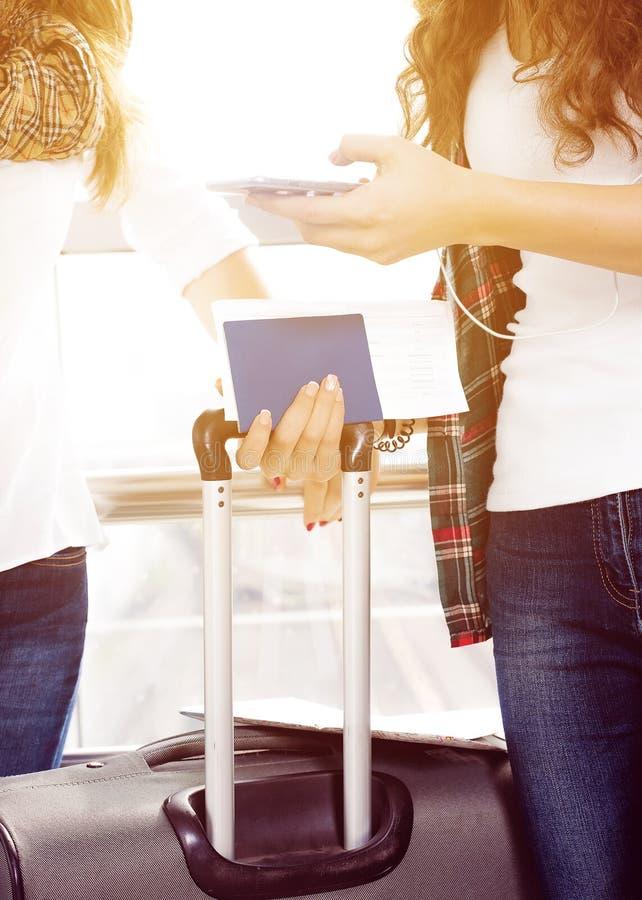 Zbliżenie ręki mienia Żeński telefon, paszport, mapa i bagaż, turyści zdjęcie stock