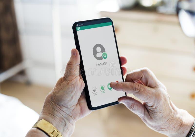 Zbliżenie ręki używać telefon komórkowego zdjęcia royalty free