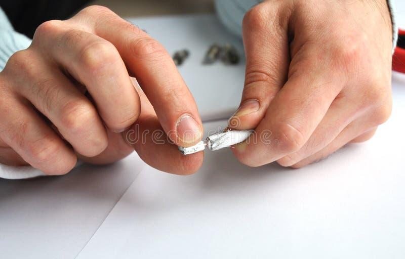 Zbliżenie ręki usuwa osłonę od pojedynczego fachowego współosiowego kablowego włącznika zdjęcia royalty free