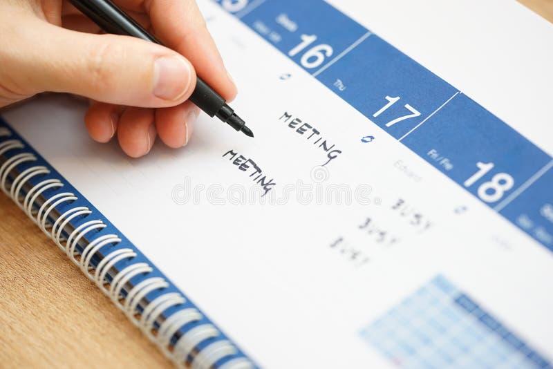 Zbliżenie ręki writing wydarzenia na kalendarzu zdjęcie stock