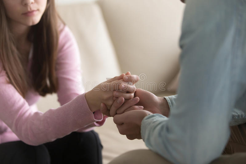 Zbliżenie ręki, współczucie i comfor mężczyzna mienia płaczu kobiety, zdjęcie stock