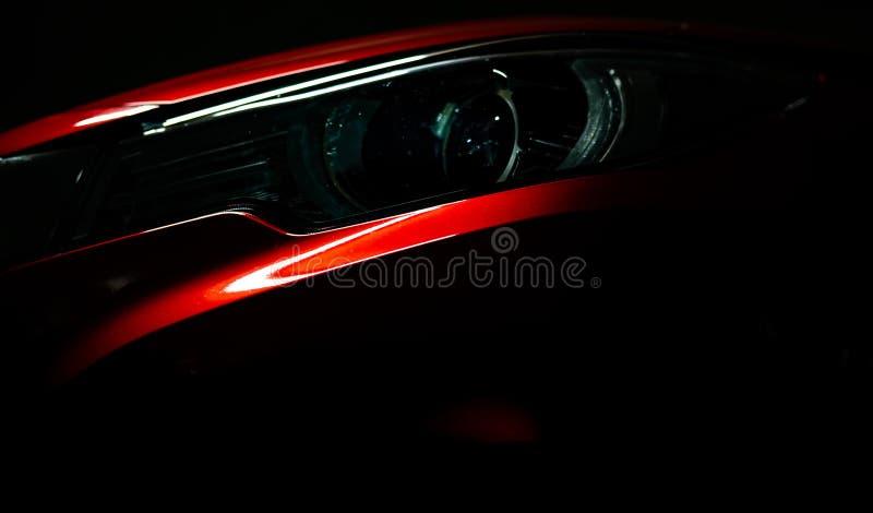 Zbliżenie reflektor błyszczący czerwony luksusowy SUV ścisły samochód Elegancka elektrycznego samochodu technologia i biznesu poj fotografia stock