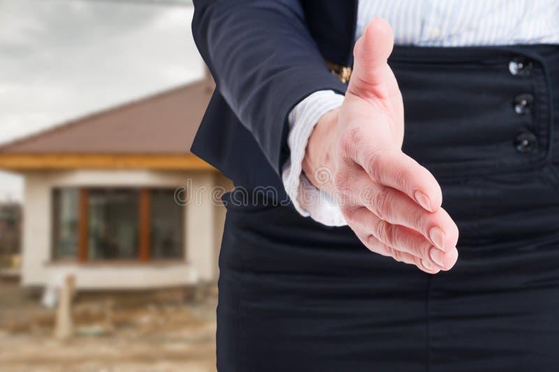 Zbliżenie robi pomyślnej transakci żeńska ręka obraz royalty free