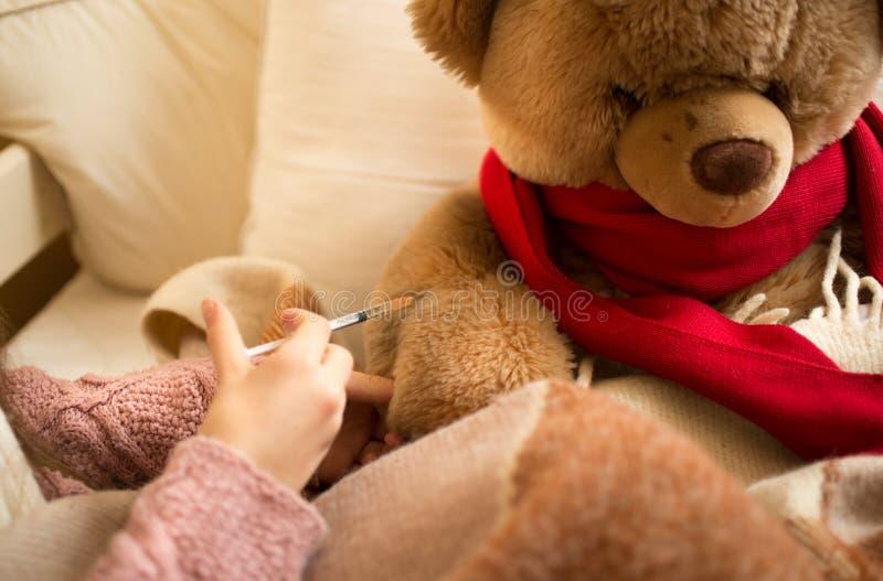 Zbliżenie robi zastrzykowi chory miś mała dziewczynka zdjęcie stock