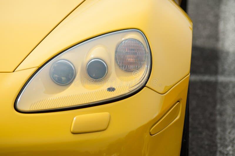 Zbliżenie rocznik amerykańskiej żółtej korwety frontowy światło fotografia stock