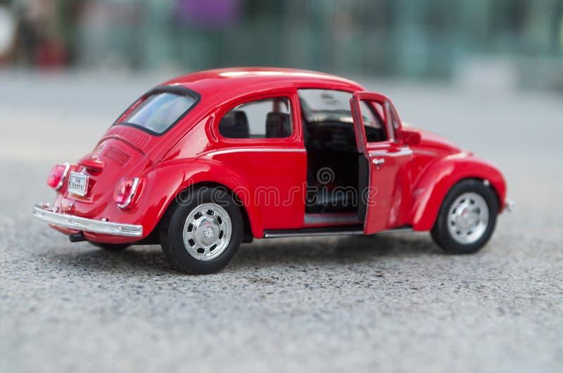 Zbliżenie rocznik czerwieni miniatury Volkswagen bettle w ulicie fotografia stock