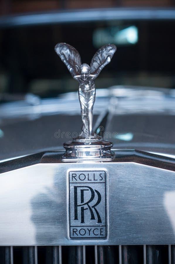Zbliżenie Rolls Royce logo na samochodzie zdjęcie royalty free