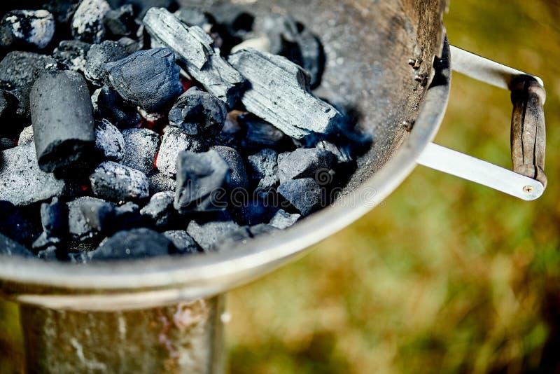 Zbliżenie rozjarzony węgiel w metalu grillu na letnim dniu w ogródzie zdjęcie royalty free
