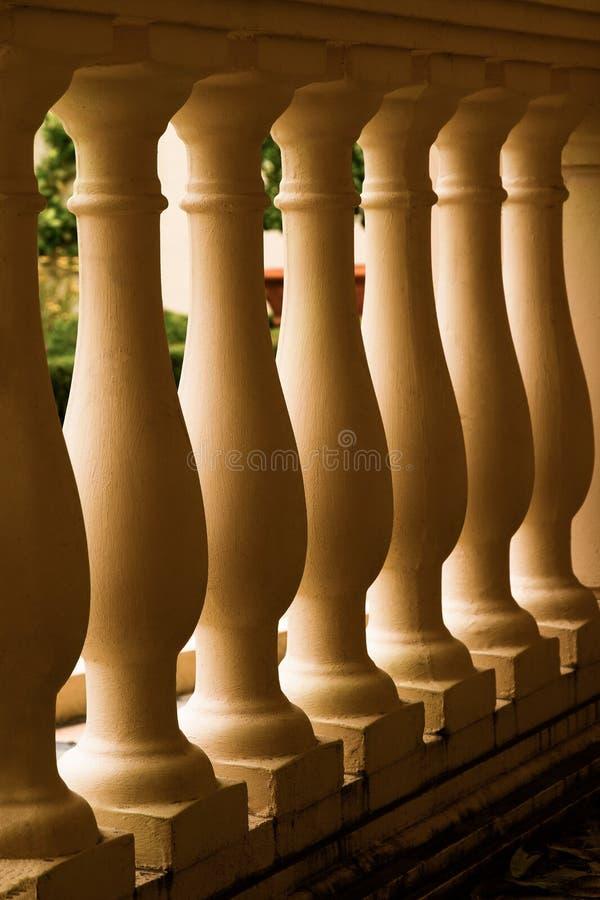 Zbliżenie rząd Jasnobrązowi filary Z Atrakcyjnym Backlighting obraz royalty free