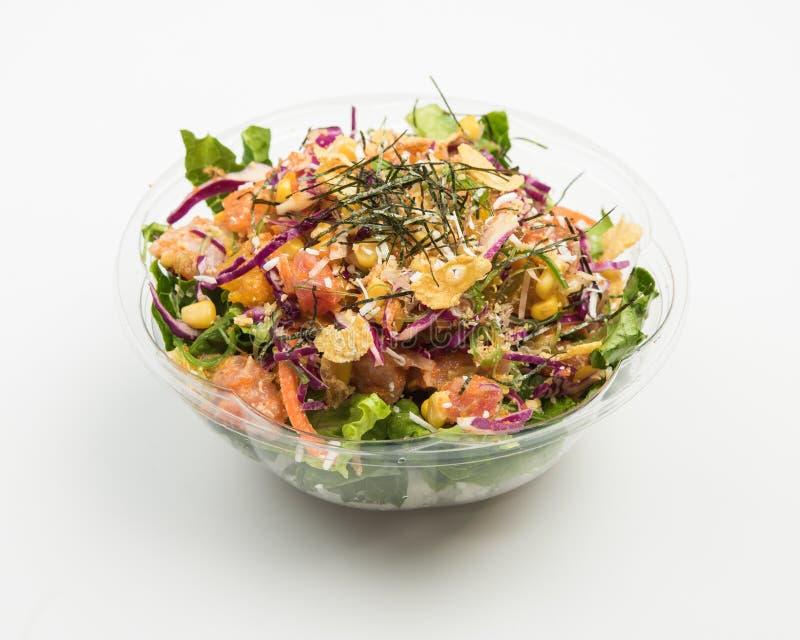 Zbliżenie sałatka z purpurową kapustą, mięso, kukurudza i pokrojeni warzywa w szklanym pucharze, obraz stock