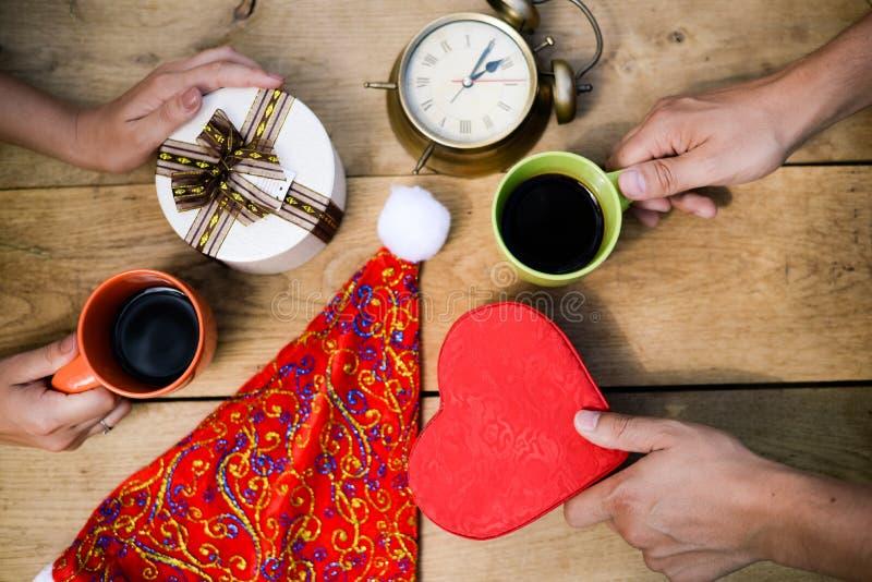 Zbliżenie samiec i kobiety ręki z giftboxes zdjęcie royalty free