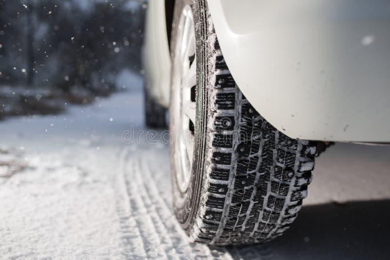 Zbliżenie samochodowe opony w zimie pierwszy śnieg w opóźnionej jesieni obraz stock