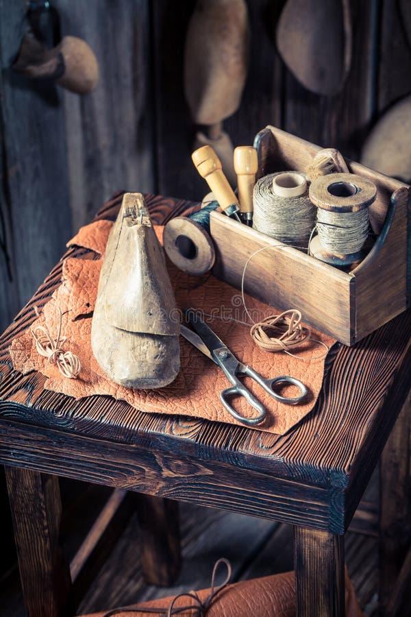Zbliżenie shoelaces i narzędzia w starej szewc miejsce pracy zdjęcia royalty free