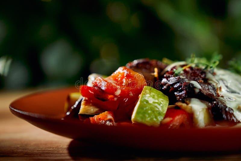 Zbliżenie smakowici piec na grillu pomidory i szpiki kostni fotografia stock