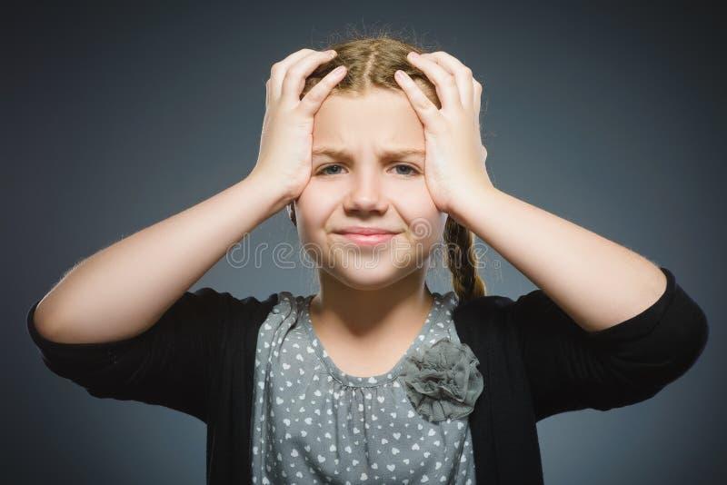 Zbliżenie smutna dziewczyna z zmartwionym zaakcentowanym twarzy wyrażeniem obraz stock