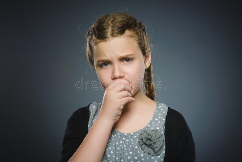 Zbliżenie smutna dziewczyna z zmartwionym zaakcentowanym twarzy wyrażeniem obrazy stock