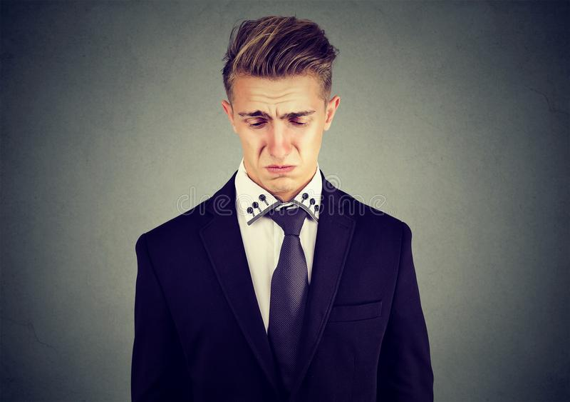 Zbliżenie smutnego płaczu biznesowy mężczyzna obrazy royalty free