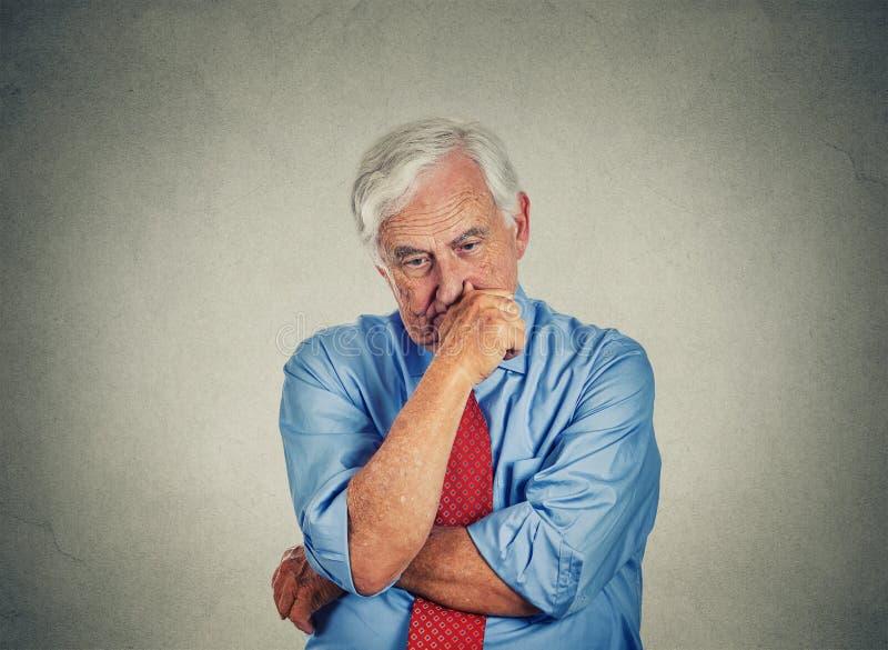 Zbliżenie smutny zmartwiony starszy biznesowy mężczyzna zdjęcie royalty free